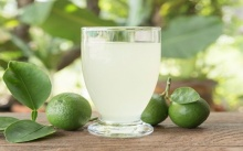 การดื่มน้ำอุ่นกับมะนาว